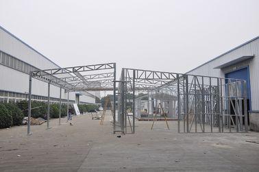 China Waterdichte Geprefabriceerde Loodsen/de Loodsen van de Metaalauto met Gegalvaniseerde Staalkaders verdeler
